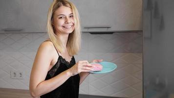 junge Frau beim Abwasch in der Küche foto