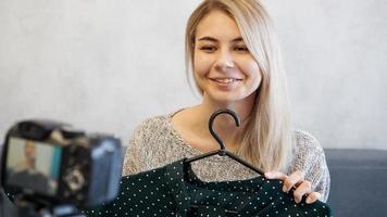 Modebloggerin nimmt Video für Blog auf foto