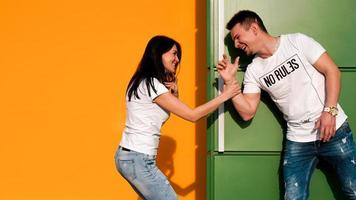 junges verliebtes Paar versteckt sich voreinander. das Mädchen hat den Typen erschreckt foto