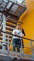 Verliebtes Paar bei einem Date, das Händchen hält und die Treppe hochgeht foto