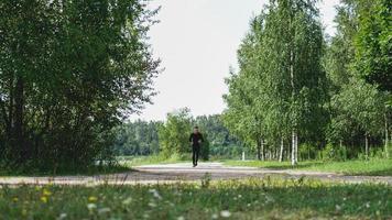 gesunder Lebensstil - junger Mann läuft foto