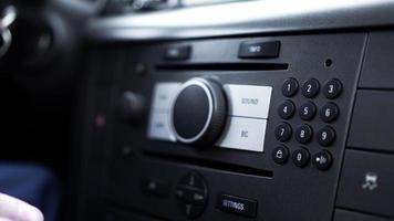 Blick in den Innenraum eines modernen Automobils mit Armaturenbrett foto