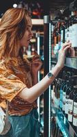 junge Frau wählt Wein im Supermarkt. foto
