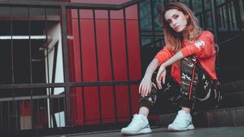 Modemodell mit rotem Hoodie mit Aufschrift Los Angeles foto