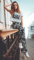 Modeporträt stilvolle hübsche Frau mit Sonnenbrille, die in der Stadt posiert foto
