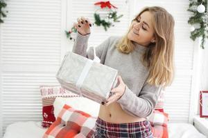 Frau hat am Neujahrsmorgen eine Überraschungsgeschenkbox bekommen foto