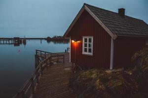 norwegen rorbu häuser und berge felsen über fjord foto