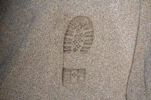Abdruck des Schuhs auf Schlamm mit Kopienraum, Fußabdruck im Schmutz foto