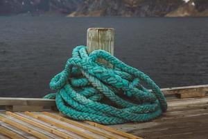 Spiral-Natical-Seil an einem Holzsteg foto