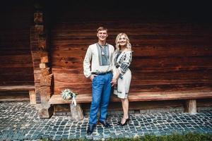 Ehepaar vor einem Holzhaus foto
