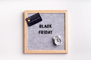 Text schwarzer Freitag auf grauem Buchstabenbrett auf weißem Hintergrund foto