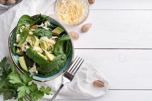 Draufsicht auf frische Sommer-Avocado- und Spinat-Salatschalen foto