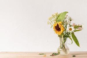 ein Strauß verwelkter Blumen auf Weiß foto