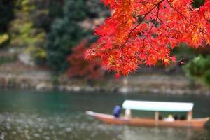 wunderschönes Herbstlaub bei Arashiyama Kyoto japan foto