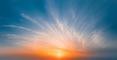 Sonne geht über Wolken foto