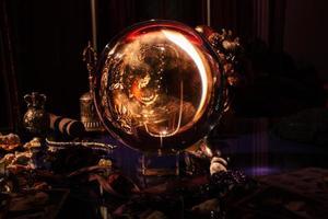 schöne Kristallkugel im Zimmer einer Wahrsagerin. Glaskugel. foto