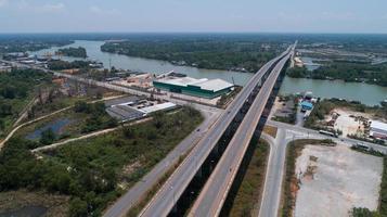 Drohnenansicht von oben nach unten auf den Fluss Tape und die Brücke in Surat Thani, Thailand. foto