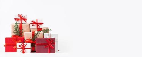 Stapel schöne Geschenkboxen auf weißem Hintergrund. foto