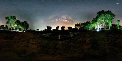 vr360 panorama, milchstraße in phu lan kha, chaiyaphum, thailand foto
