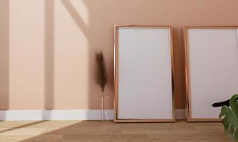 ein Bilderrahmen auf dem Boden mit einer Blumenvase. foto