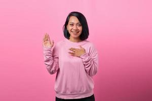 Foto der jungen Frau glückliches positives Lächeln Hand auf der Brust