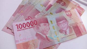 Währung von 100.000 Rupiah die staatliche Währung Indonesiens foto