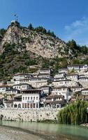 traditionelle Balkanhäuser in der historischen Altstadt von Berat Albanien foto
