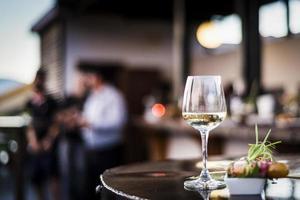 Glas Weißwein mit Gourmet-Tapa-Snacks in der Bar im Freien bei Sonnenuntergang? foto