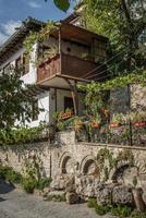 Altstadtstraße und traditionelle Häuser Blick auf Veliko Tarnovo Bulgarien foto