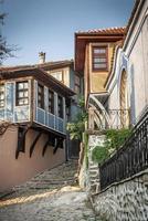 traditionelle Häuser und gepflasterte Straße in der Altstadt von Plovdiv, Bulgarien? foto