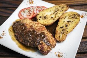 Hähnchenschnitzel mit Kartoffel und Soße einfache Mahlzeit foto