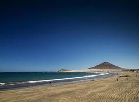 la tejita kite surfing beach und montana roja wahrzeichen in südteneriffa spanien foto