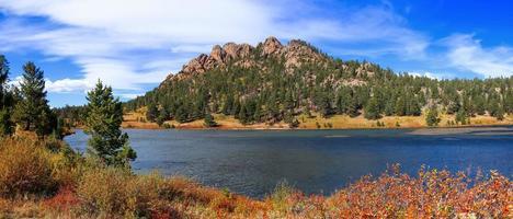 Panoramablick auf die Lily Lake Landschaft in der Nähe von Estes Park City Colorado. foto