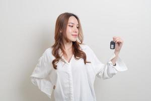 Porträt schöne Frau mit Autoschlüssel foto