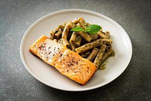 Pesto Quadrotto Penne Pasta mit gegrilltem Lachs foto