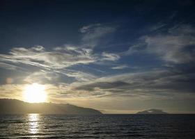 Blick auf den Sonnenuntergang über der Küste des Ionischen Meeres in Sarande Südalbanien foto