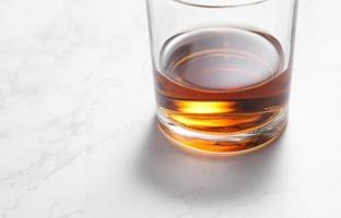 Scotch Whisky im Glas auf einem weißen Marmortisch foto