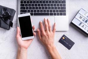 Draufsicht auf weibliche Hände, die online einkaufen, Cyber Monday-Verkaufstext foto