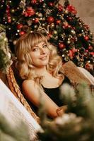 Porträt des schönen jungen Mädchens auf Weihnachtshintergrund foto