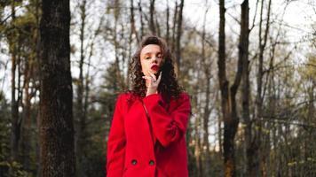 Glamouröse Frau mit rotem Outfit und passendem rotem Lipgloss. foto