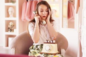 eine überraschte Frau telefoniert. Telefonhörer im Retro-Stil foto