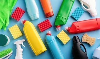 Sammlung verschiedener Sanitärflaschen und Reinigungsutensilien foto