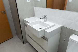 weißes Marmorwaschbecken mit modernem Aufsatzbecken foto