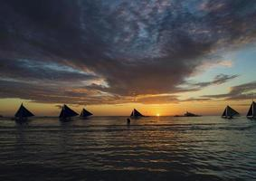 Segelboote bei Sonnenuntergang auf Boracay Tropical Paradise Island Philippinen foto