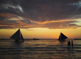 Segelboote bei Sonnenuntergang auf Boracay Island Beach Philippinen foto