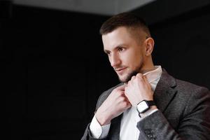 Nahaufnahme schöner und erfolgreicher Mann in einem teuren Anzug foto