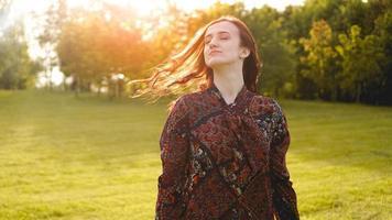 attraktive junge Frau, die ihre Zeit draußen im Park genießt foto
