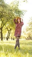 Frau im Freien. Natur genießen. gesundes lächelndes Mädchen im Park foto