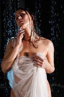 schöne nackte frau im aqua. nackter weiblicher Körper aus transparentem Stoff foto