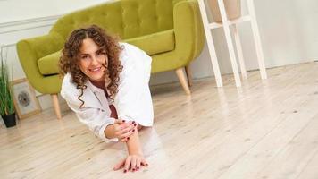 sexy Frau im weißen Hemd auf Holzboden foto